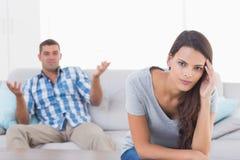 Frau, die unter Kopfschmerzen während streitener Mann leidet Stockbilder