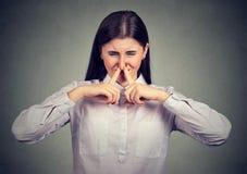 Frau, die unter schlechtem Geruch leidet stockfotografie