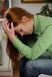 Frau, die unter Tiefstand leidet Stockbild