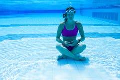 Frau, die unter Wasser meditiert Lizenzfreie Stockfotos