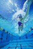 Frau, die unter Wasser schwimmt Stockbilder