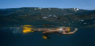 Frau, die unter Wasser schwimmt Lizenzfreie Stockfotografie