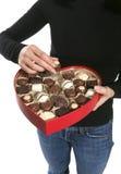 Frau, die Valentinsgruß-Schokolade isst Stockbild