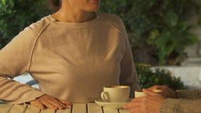 Frau, die verärgert Hände auf der Tabelle, frustriert mit Freundverrat, Nahaufnahme schlägt stock video footage