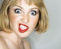 Frau, die verrückt schaut. Stockfotografie