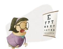 Frau, die versucht, Buchstaben auf einer Sehvermögentestseite zu sehen Stockbild