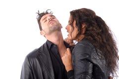 Frau, die versucht, einen Mannstutzen zu beißen Stockfoto