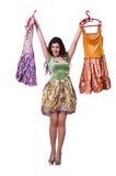 Frau, die versucht, Kleid zu wählen Stockfoto