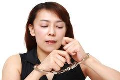 Frau, die versucht, sich freizugeben stockfoto