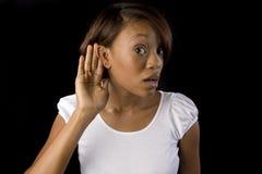 Frau, die versucht zu hören lizenzfreie stockfotografie