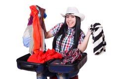 Frau, die versucht, zu viel zu verpacken lokalisiert Lizenzfreie Stockfotos
