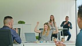 Frau, die Victory Looking am Laptop feiert stock video footage