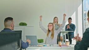 Frau, die Victory Looking am Laptop feiert stock footage