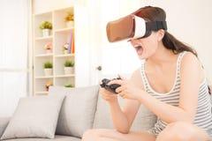 Frau, die Videospiel in der virtuellen Realität 3D spielt Lizenzfreies Stockbild