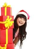 Frau, die viele Geschenke anhält Lizenzfreie Stockfotos