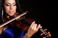 Frau, die Violine spielt lizenzfreie stockfotografie