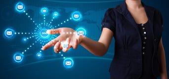 Frau, die virtuelle Mitteilungsart von Ikonen bedrängt Lizenzfreie Stockbilder