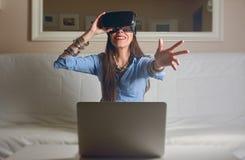 Frau, die virtuelle Realität erfährt, Abendtoilette, Lizenzfreie Stockfotografie