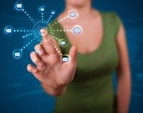 Frau, die virtuellen Nachrichtenübermittlungstypen der Ikonen bedrängt Stockfotos