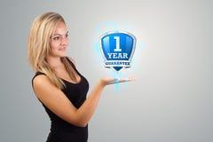 Frau, die virtuelles Schildzeichen anhält Lizenzfreies Stockfoto