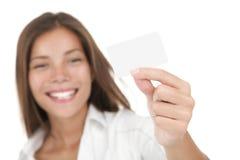 Frau, die Visitenkarte zeigt Stockbilder