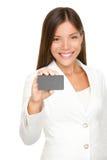 Frau, die Visitenkarte zeigt Stockfoto