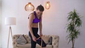 Frau, die vollkommene Form des schönen Schenkels misst stock video