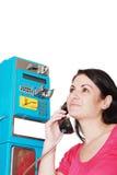 Frau, die vom allgemeinen Telefon benennt Lizenzfreie Stockfotografie