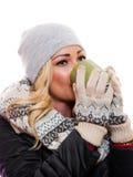 Frau, die vom Cup trinkt Stockfoto