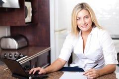 Frau, die vom Haus arbeitet Lizenzfreies Stockfoto