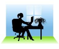 Frau, die vom Haus arbeitet Lizenzfreies Stockbild