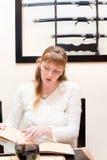 Frau, die vom Menü in der Gaststätte wählt stockbild