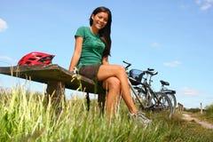 Frau, die vom Radfahren stillsteht Lizenzfreie Stockfotografie