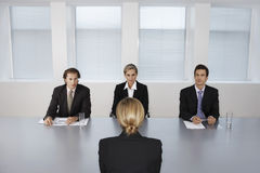 Frau, die von den Geschäftsleuten interviewt wird Lizenzfreie Stockfotos