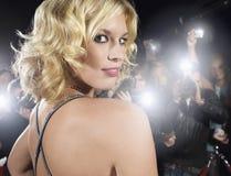 Frau, die von den Paparazzi fotografiert wird Lizenzfreie Stockfotos