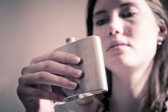 Frau, die von der Flasche trinkt Stockfoto
