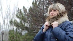 Frau, die von der Kälte sich versteckt stock video footage