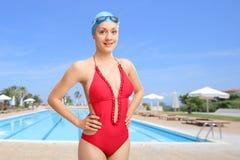 Frau, die vor einem Swimmingpool aufwirft stockbilder