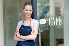 Frau, die vor Kaffeestube steht Stockfotografie