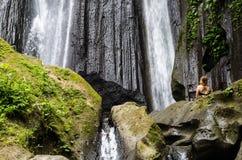 Frau, die vor kuning Wasserfall, Bali meditiert Stockfotos