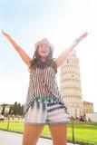 Frau, die vor lehnendem Turm von Pisa sich freut Stockbild