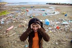 Frau, die vor schmutzigem Strand des ökologischen Unfalles schreit Stockfoto