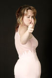 Frau, die vortäuscht, eine Gewehr unter Verwendung ihrer Hand zu schießen Stockfotografie