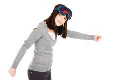 Frau, die vortäuscht, Skifahrer zu sein lizenzfreie stockbilder