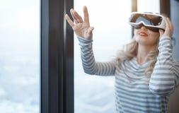 Frau, die VR-Kopfhörer trägt Stockbilder
