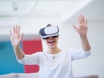 Frau, die VR-Kopfhörergläser virtuelle Realität verwendet lizenzfreie stockbilder