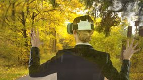 Frau, die VR mit Wald verwendet stock video