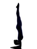 Frau, die vrschikasana Skorpionshaltungs-Yogaschattenbild ausübt Lizenzfreie Stockfotografie