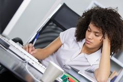 Frau, die während der Aufgabe schläft lizenzfreie stockfotografie