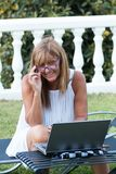 Frau, die während ihrer Sommerferien arbeitet lizenzfreie stockbilder